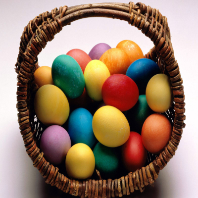 سلة بيض ملون